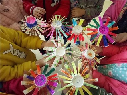 实验幼儿园大六班小朋友搜集了无毒无害的纸杯,尝试利用废旧物品